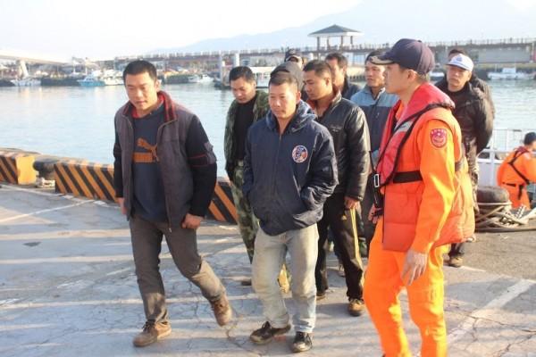 海巡隊將中籍船員帶回調查。(記者謝君臨翻攝)