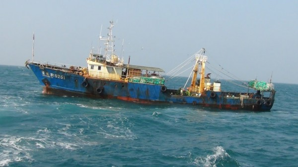 中國漁船非法越界捕撈。(記者謝君臨翻攝)