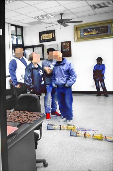 家長糾眾闖進校長室,就讀該校四年級的小兒子(右一)也目擊整個案發過程。(記者江志雄翻攝)