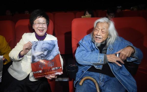 史明紀錄片《革命進行式》今天舉行新片試映會,片中主角高齡97歲的史明(右)出席觀片,前副總統呂秀蓮(左)也前來致意。(記者劉信德攝)