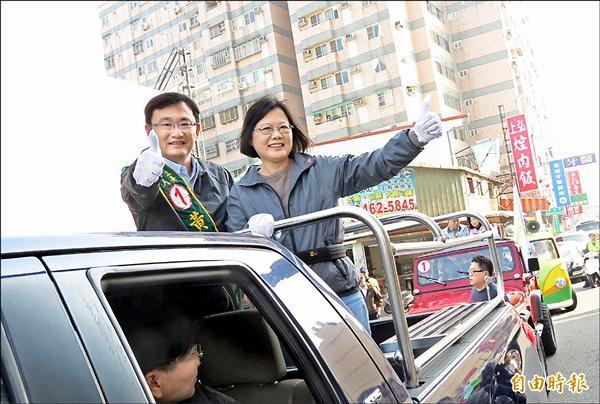 民進黨主席蔡英文(右)陪同黨籍中市立委候選人黃國書(左)車隊掃街。(記者蘇孟娟攝)