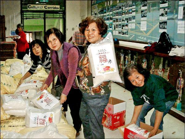 北市議員陳政忠號召地方志工,幫忙整理各界捐贈的白米等物資,發送給低收入戶學童。(北市議員陳政忠提供)