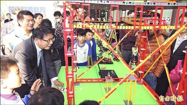 屏縣機器人科普教學與雲端教學展成果,縣長潘孟安和小朋友開心玩創意積木。(記者羅欣貞攝)