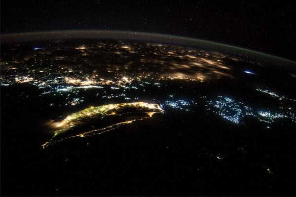 去年美國國家航空暨太空總署(NASA)在Flickr分享一張由太空站拍下台灣夜晚的照片,相當美麗。(圖擷取自Flickr NASA's Marshall Space Flight Center)