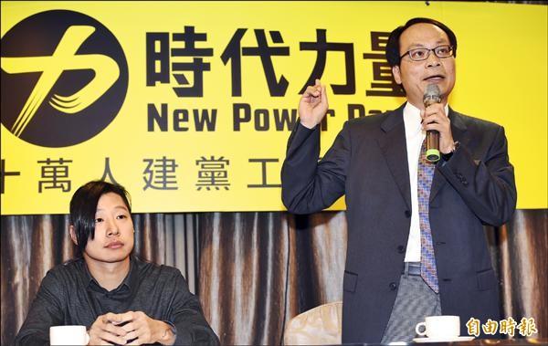 第三勢力「時代力量」創黨記者會昨天於台北舉行,建黨工程隊總隊長林昶佐(左)、副總隊長林峯正(右)宣布啟動十萬人建黨工程,號召全民參與改變台灣。(記者羅沛德攝)