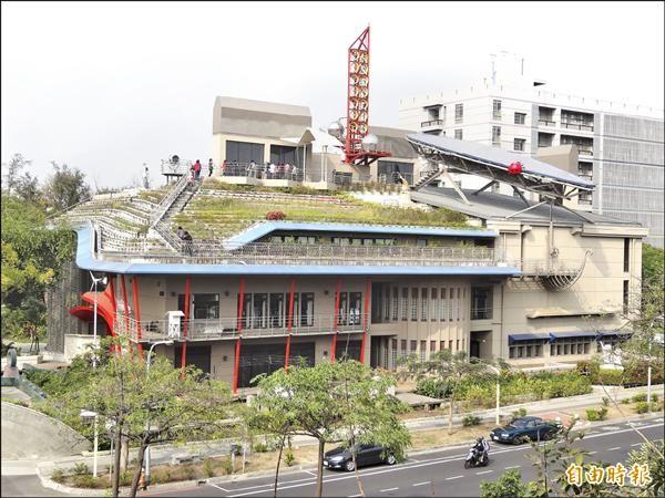 被國際「綠建築教父」尤戴爾松評論為綠建築成效,更勝於蘋果電腦新總部的成功大學綠色魔法學校。(記者王俊忠攝)