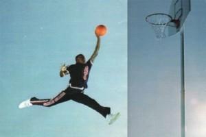 攝影師雅各布斯於1984年拍下這張喬丹躍身灌籃的照片,刊登在《生活雜誌》上。(圖片擷取自《ESPN》)