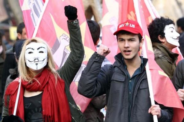 土耳其伊斯坦堡一家漢堡王,目前被許多憤怒的民眾發起「拒吃」,甚至還有民眾怒潑紅色油漆表示抗議。(照片擷自鏡報)