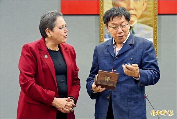 台北市長柯文哲昨接見英國交通部長克拉瑪爵士訪問團,是英國歷年訪台最高層級,雙方互贈紀念品。(記者張嘉明攝)