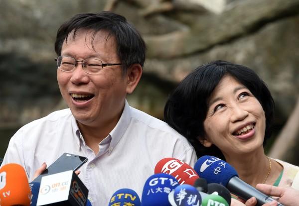 對於柯P失言惹議,陳佩琪(右)建議先生收掉烤肉架(麥克風架)。(資料照,記者廖振輝攝)