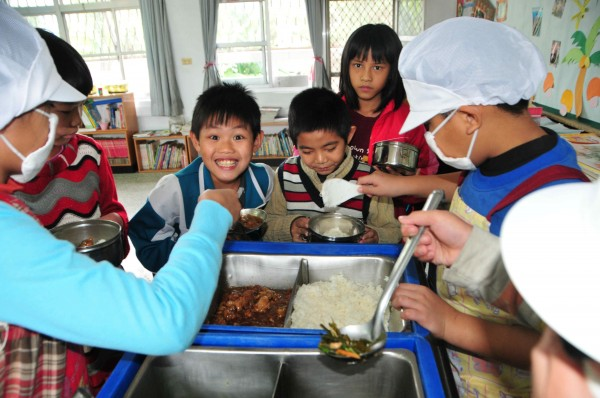 針對台北市營養午餐調漲議題,北市教育局將建議市長柯文哲,以發放問卷方式,由學生家長決定是否漲價與調漲幅度。(資料照,記者花孟璟攝)