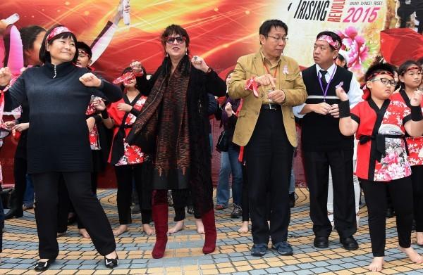 台北市長柯文哲(左三)12日出席勵馨基金會「10億起義,擊鼓反暴力!」活動,由於事前未被告知上台跳舞,邊跳邊訓斥一旁的台北市社會局長許立民(左四)。(資料照,記者簡榮豐攝)