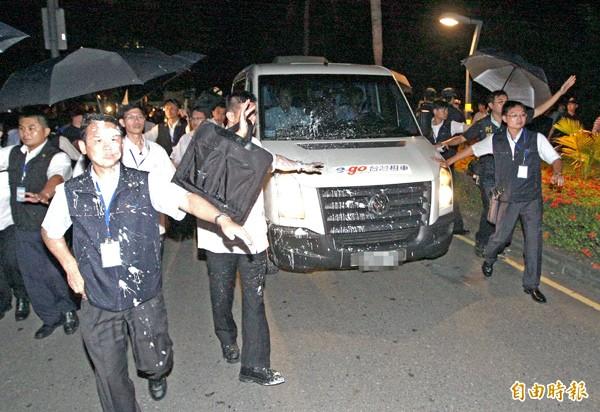 圖為中國國台辦主任張志軍的座車遭潑漆。(資料照,記者黃志源攝)