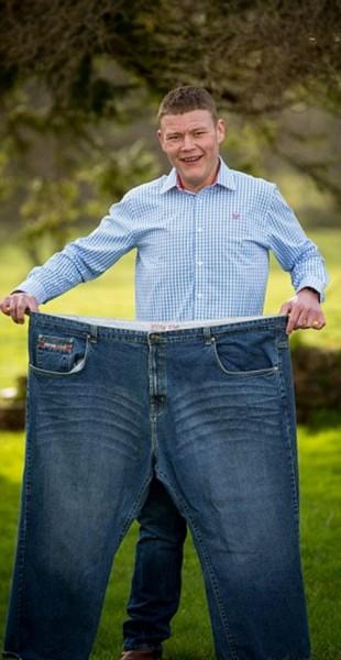 傑米(Jamie Brooks)每天收到朋友辱罵他是「胖子」的簡訊,在一年內瘦下133公斤。(圖擷自《每日郵報》)