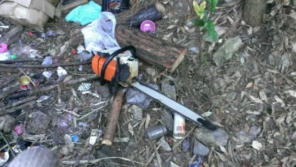 林務局與警方在巒大事業區查獲盜伐,起出鏈鋸等做案工具。(記者劉濱銓翻攝)