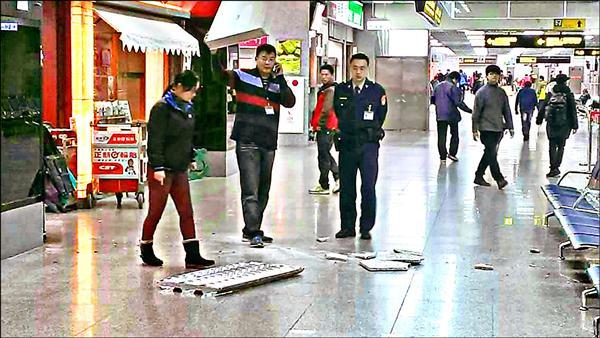 金門機場外候機室天花板遭花崗石板砸穿,無預警掉落地板引起注意。(讀者提供)