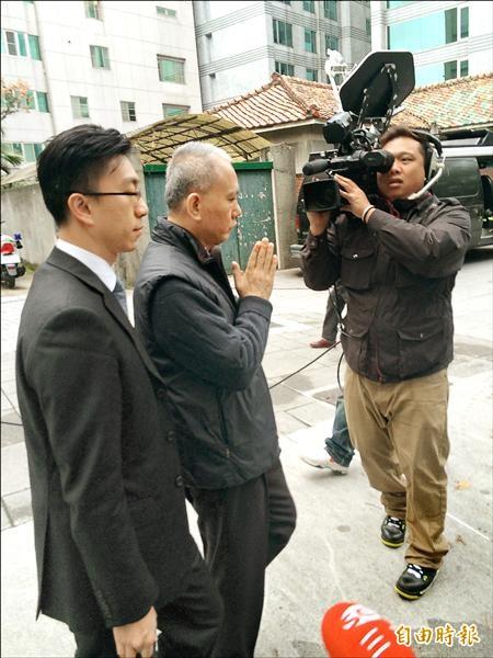 頂新製油前董事長魏應充交保,昨天疑似為閃避媒體與嗆聲民眾,一大早在律師陪同下前往派出所報到,面對詢問雙掌合十、頻說「謝謝」,隨即匆匆離去。(記者邱俊福攝)