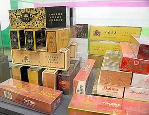 中國廣東省警方舉辦山寨品大展,展出內容目不暇給。(朝日新聞)