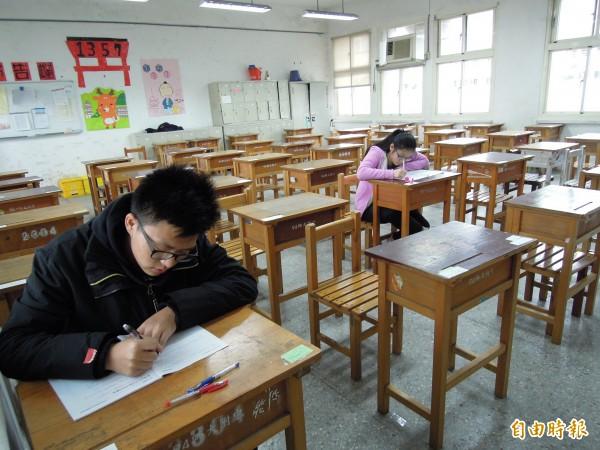 學測明後天登場,各校今天開放考場觀看,有考生把握時間,到考場演練試題,熟悉環境。(記者梁珮綺攝)