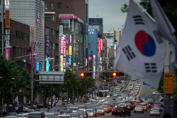 南韓日前發生有非法整形醫院,在做中國患者的手術時發生意外,導致患者腦死的狀況。圖為首爾街頭的整型診所。(法新社)