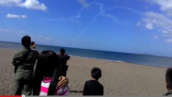 菲律賓空軍一架訓練機在進行特技飛行訓練時,發生意外在海上墜毀,造成機上2人死亡。(擷取自youtube)