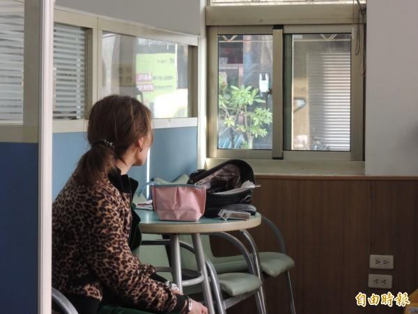 斗南派出所員警今日清晨飛車逮捕女毒犯。(記者黃淑莉攝)