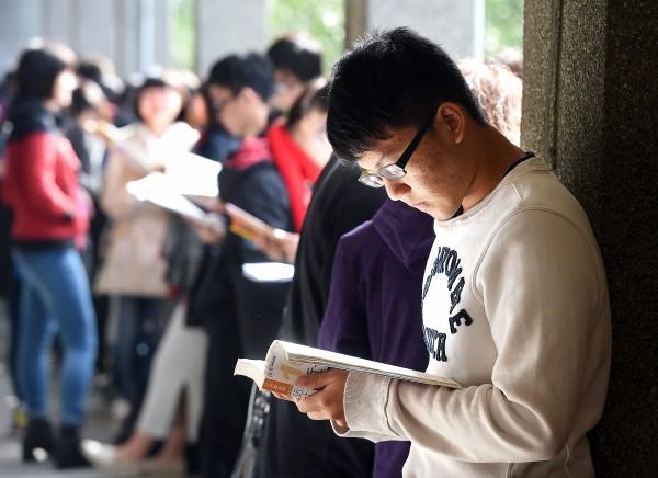 大學學測第二天繼續在全國各考場進行,考生把握考前最後一刻衝刺。(記者方賓照攝)