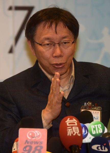 台北市長柯文哲2日接受媒體聯訪,談到殖民說風波,柯文哲表示,他當時的確是用中文,再經由翻譯譯成英文,是自己論述不夠完整。(記者簡榮豐攝)
