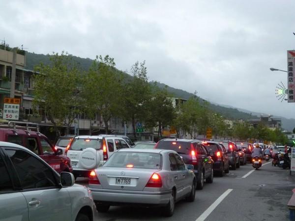 春節出遊時常遇到塞車,今年觀光局特別規劃了遊樂區接駁專車、台灣好行及台灣觀巴,以紓解車流。(資料照,記者游明金攝)