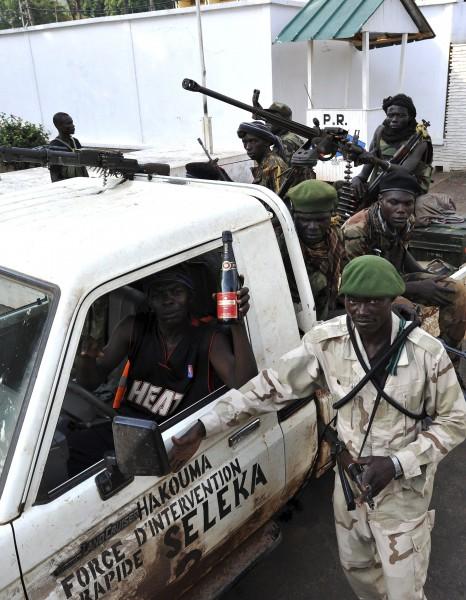 中非共和國國內政權動盪,使得當地武器便宜,中國製手榴彈在當地購買,更只要1美元,圖為當地民兵組織「塞雷卡」。(法新社)