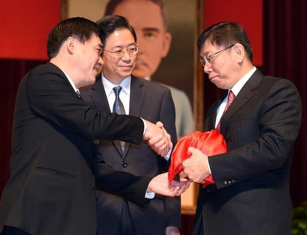 前任與現任台北市長的關係日趨緊繃,郝龍斌這次不針對市政,而是對柯文哲承認錯誤的「殖民說」開砲,郝表示「任何歧視都應該被譴責」。(資料照,記者方賓照攝)