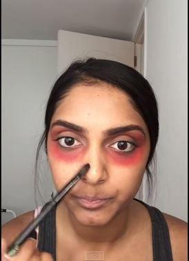 女網友在自己的美妝頻道分享妙招,運用口紅就能成功遮掉黑眼圈。(擷自YouTube)