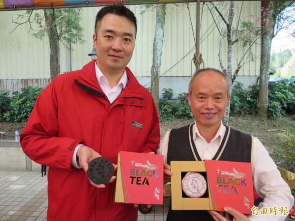 魚池鄉農會成立百週年,特別推出紅茶紀念茶餅。(記者劉濱銓攝)