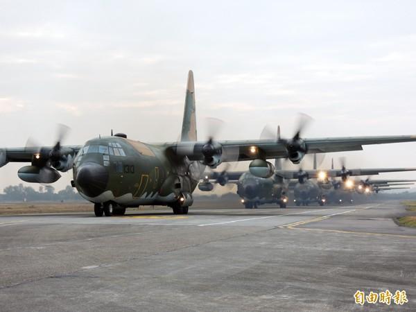 軍方C130運輸機協助疏運外島民眾及官兵返鄉。(記者羅添斌攝)