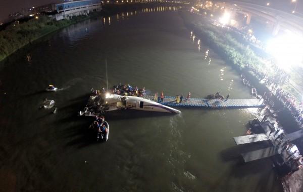 復興航空墜河空難夜間空拍。(記者羅沛德攝)