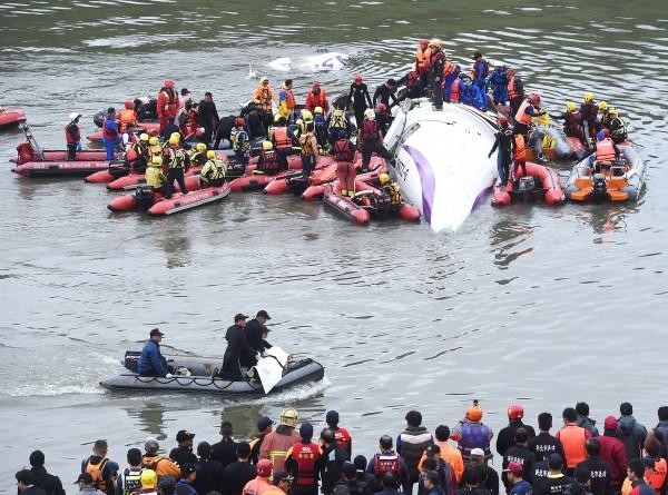 復興空難,救難人員積極搶救,在機上的26歲空服員黃敬雅已被救出,轉入加護病房,生命跡象穩定。(記者方賓照攝)
