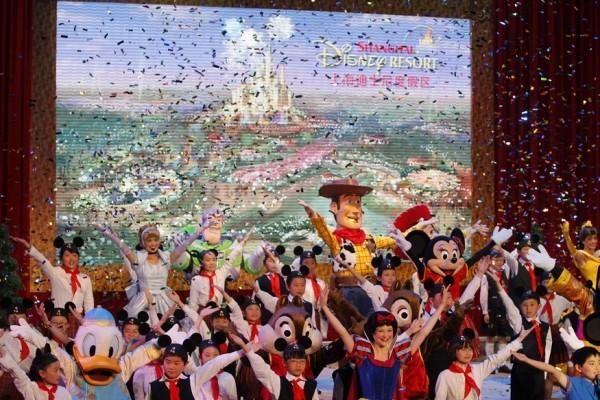 上海迪士尼開幕時間從今年冬天延到明年春天,圖為2011年4月8日上海迪士尼動土儀式上的表演。(路透)