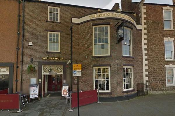 英國有一對男女在酒吧中喝得爛醉,兩人「性」致一來,竟化身為四腳獸在廁所忘情嘿咻。(圖取自鏡報)