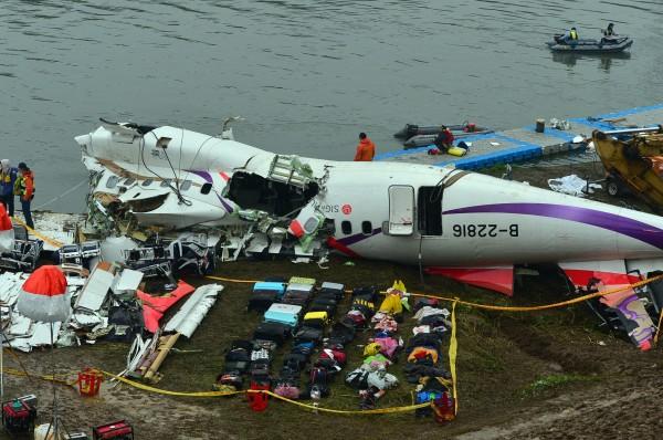 復興航空編號B22816班機昨墜落基隆河,民航局早上表示,將依規定,停止分配航權1年。(記者王藝菘攝)