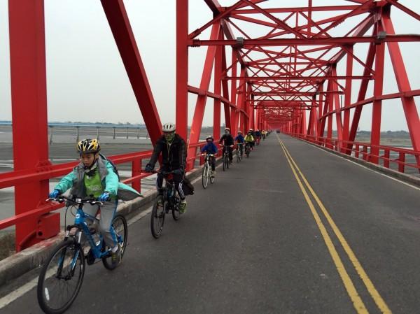 小台江百里溪旅行,自西螺大橋騎單車出發,展開南台灣水圳遊學行動。(圖由小台江提供)