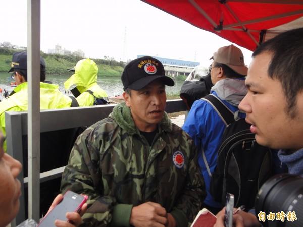 蘭陽救援協會陳姓潛水員尋獲2名男童。(記者吳仁捷攝)