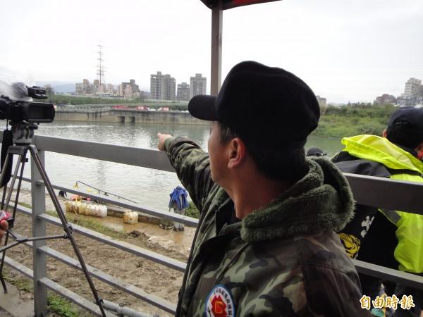 陳姓潛水員在距離失事現場50公尺河面,尋獲2名男童。(記者吳仁捷攝)