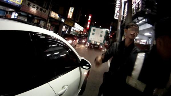 劉男向警辯稱友人酒醉昏睡車內。(記者謝君臨翻攝)