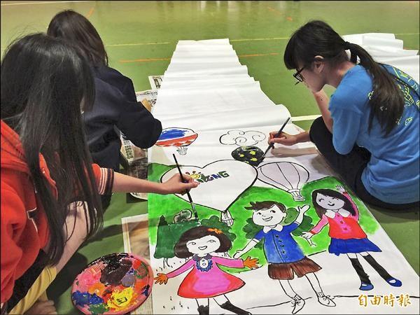 鹿野地區國中學生合力彩繪以熱氣球為主題的天燈。(記者王秀亭攝)
