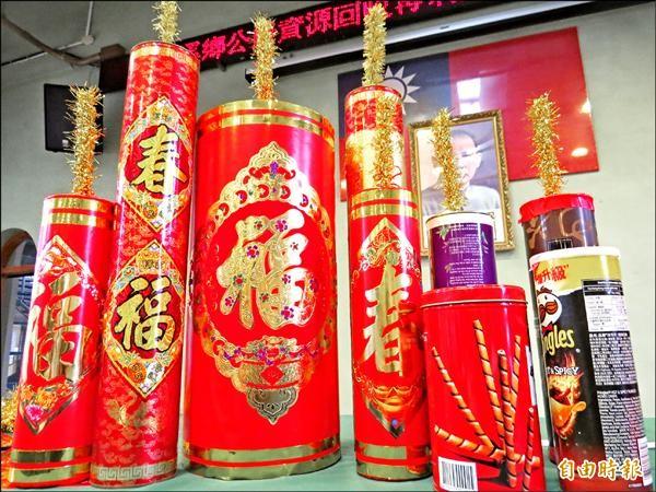家中不用的空罐(右下),花點巧思就能變成應景的裝飾炮竹。(記者王揚宇攝)