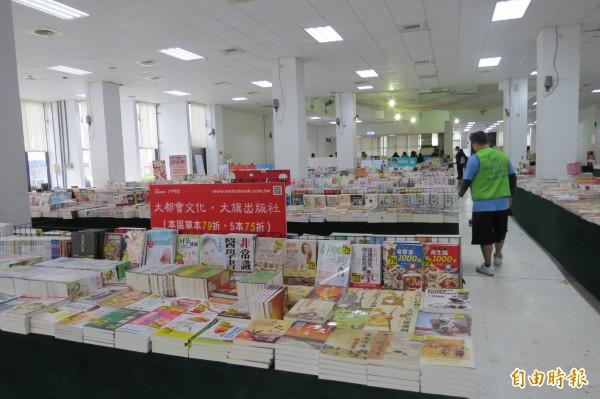 台中書展在台中世貿中心展示,各項書籍達10萬冊左右(記者蘇金鳳攝)