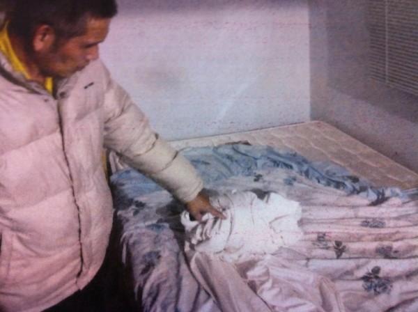 徐男將偷來的床單鋪在自己床上,被警方查獲。(記者謝君臨翻攝)