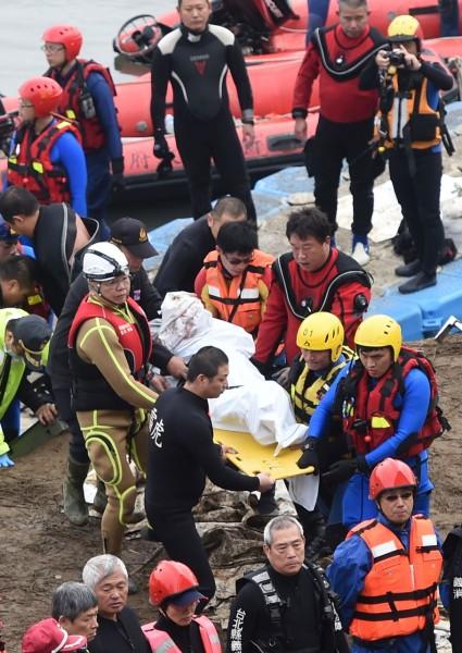 搜救人員採地毯式搜索時,一名國軍救難人員腳往下一踩,覺得可疑,再潛入河底才發現遺體。(記者王敏為攝)