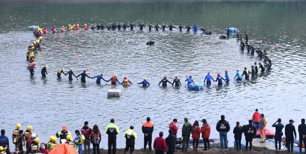 救難人員以圍圈圈方式在基隆河上搜尋失蹤的復興班機旅客。(記者王敏為攝)