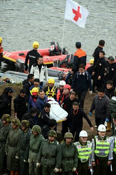 救難人員上午尋獲第三具遺體。(記者王敏為攝)